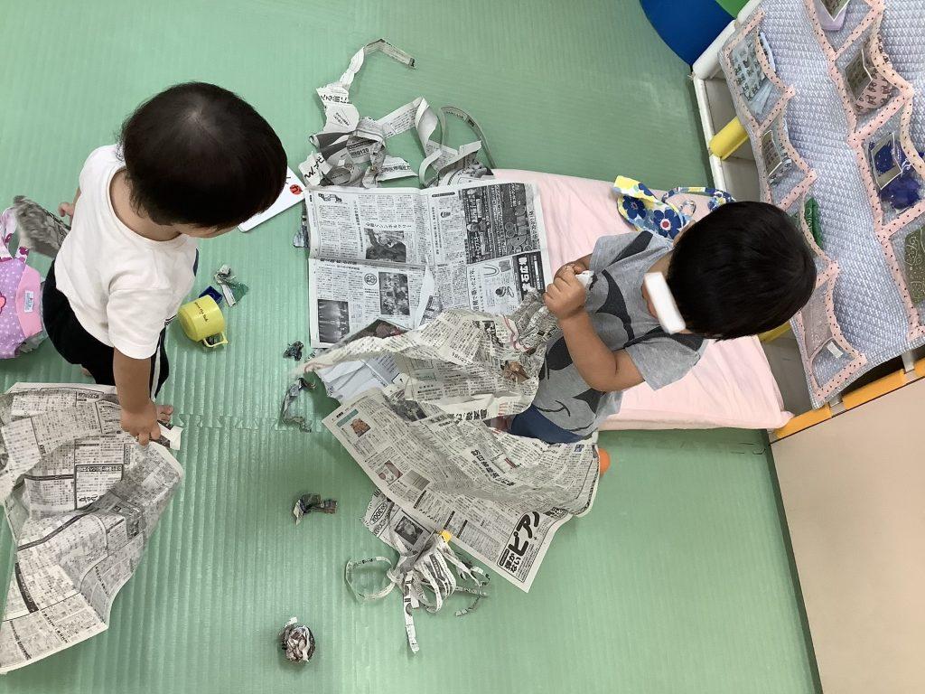1歳児 すずらん組 新聞紙遊び
