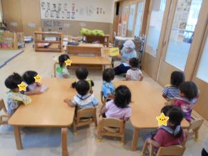 ばなな組 食育活動「夏野菜に触れてみよう」(1歳児)