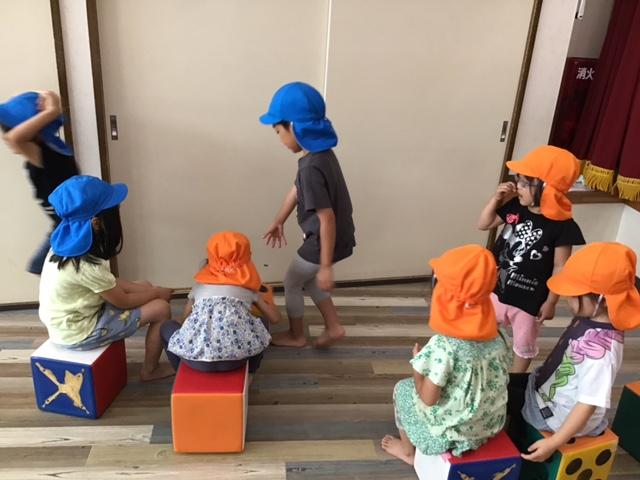3歳児橙組 5歳児青組 ホール遊びと水遊び